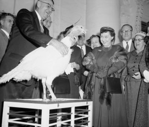 mamie-eisenhower-welcomes-the-40-pound-turkey-at-the-white-house-newstimes-com_